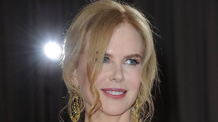 Nicole Kidman posa para os fotógrafos no tapete vermelho, na chegada ao Oscar 2013