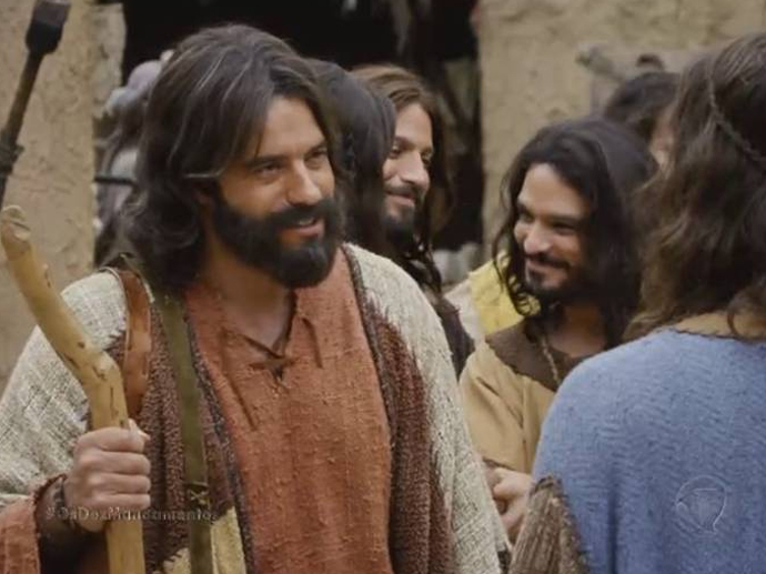 <p>Moisés (Guilherme Winter) chega à vila dos hebreus para dividir os cordeiros que eles usarão para se proteger da décima praga</p>