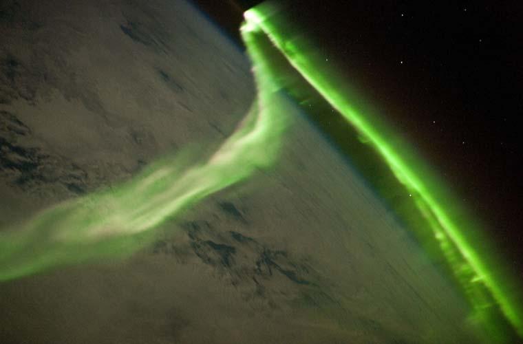 <p>Fotografia feita da Estação Espacial Internacional, mostra  da aurora austral ao redor da terra - fenômeno de tempestades geomagnéticas causadas por raios solares</p>