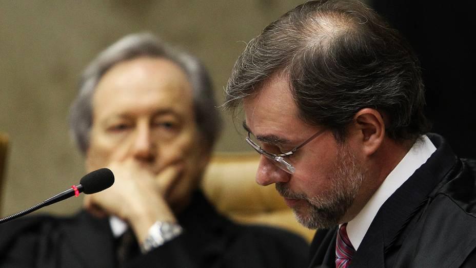 O ministro Ricardo Lewandowski (e) ouve a leitura do voto do colega Dias Toffoli durante o 15º dia de julgamento do processo do mensalão