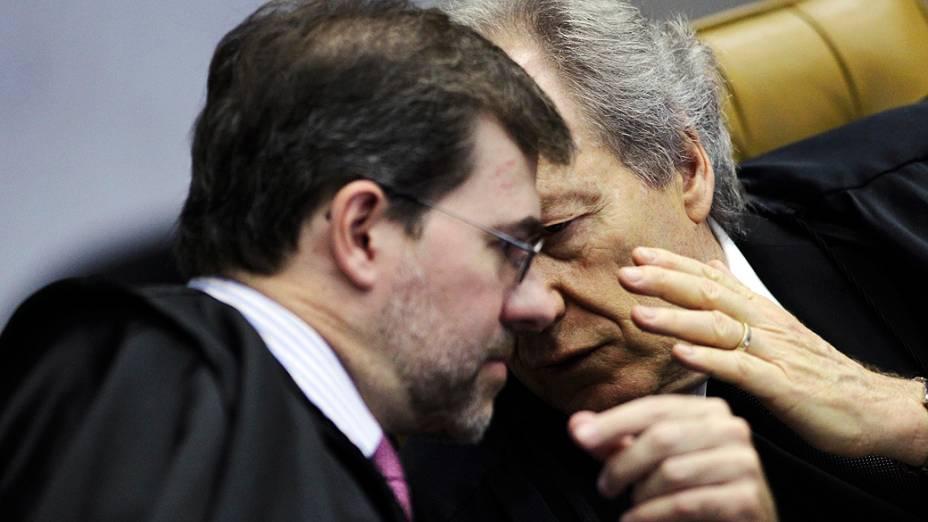 Os ministros José Antonio Dias Tófolli e Ricardo Lewandowski durante retomada, pelo Supremo Tribunal Federal (STF), do julgamento do mensalão, em 23/10/2012