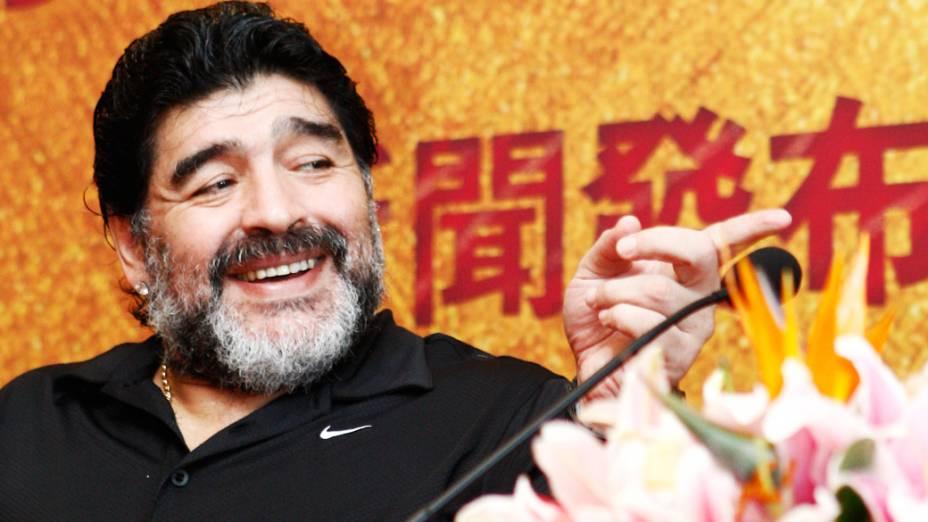 Diego Maradona chega à China, onde esperava realizar o desejo de ser treinador de um time local