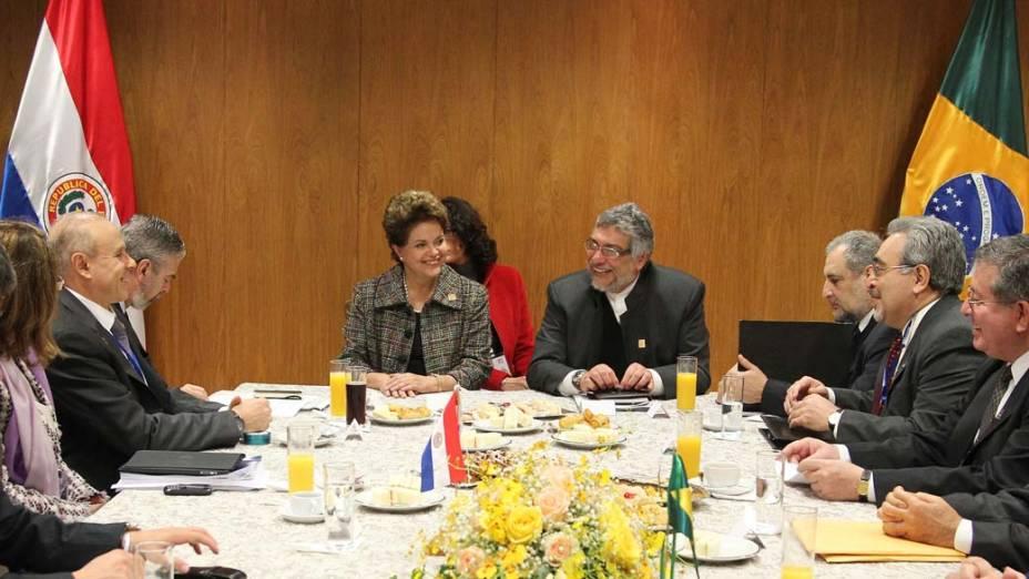 Dilma Rousseff e Fernando Lugo durante reunião com as delegações brasileira e paraguaia em Assunção, Paraguai