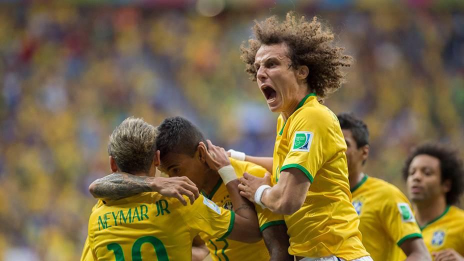 Jogadores do Brasil comemoram gol contra Camarões no Mané Garrincha, em Brasília