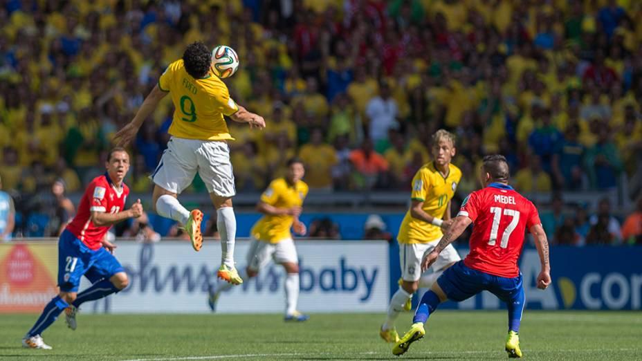 Fred mata a bola no peito no jogo contra o Chile