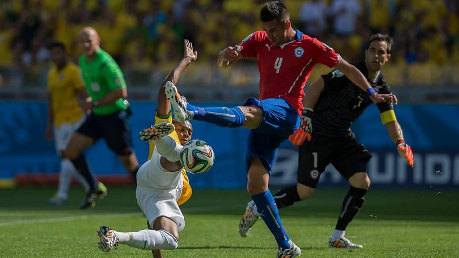 Fernandinho marca o jogador do Chile