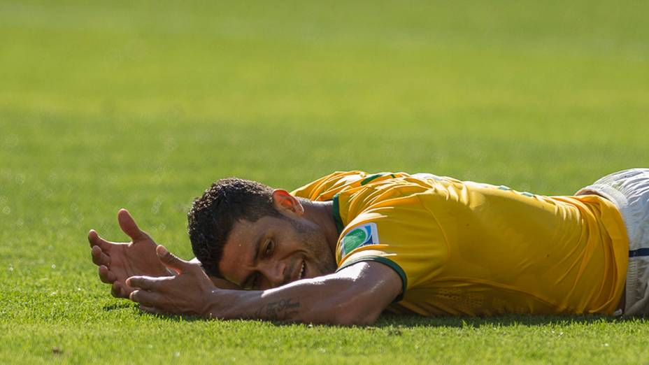 Hulk cai no campo durante o jogo contra o Chile