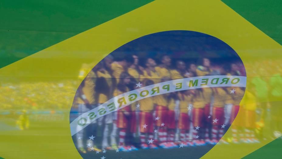Seleção brasileira durante o Hino Nacional antes do jogo contra o Chile