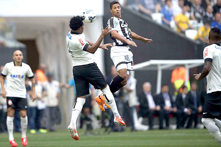 Gil disputa a bola com Ricardo Bueno, do Figueirense na estreia do Itaquerão pelo Campeonato Brasilero