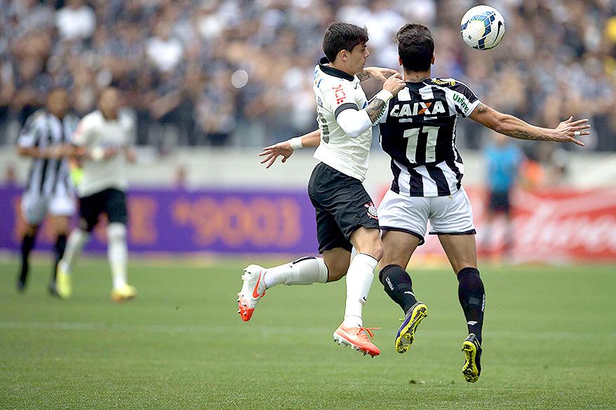Jogador Éverton Santos recebe marcação do lateral Fagner, do Corntihians, na estreia estreia do Itaquerão pelo Campeonato Brasileiro