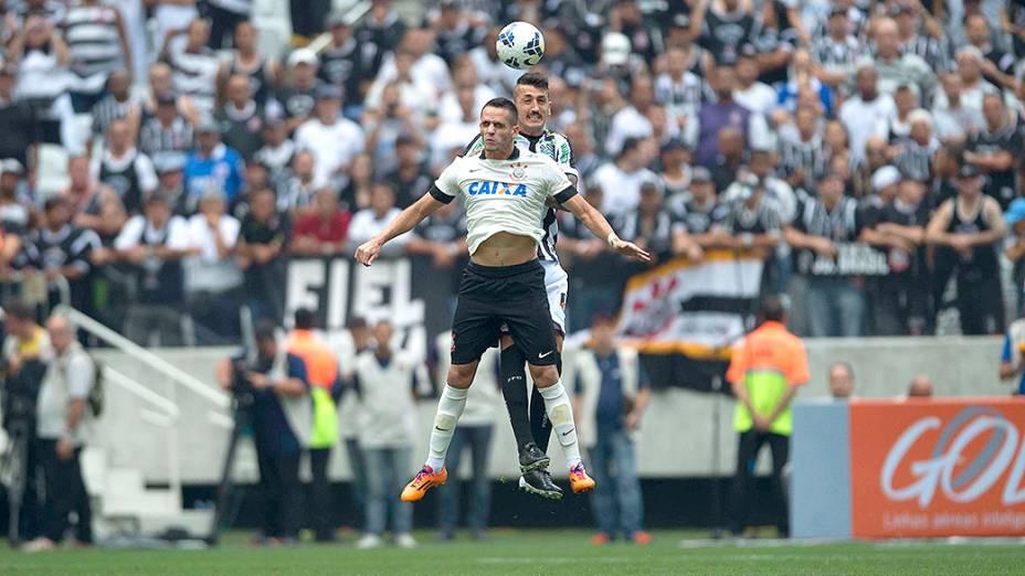 Renato Augusto disputa a bola com Marquinhos, do Figueirense, na estreia do Itaquerão pelo Campeonato Brasileiro