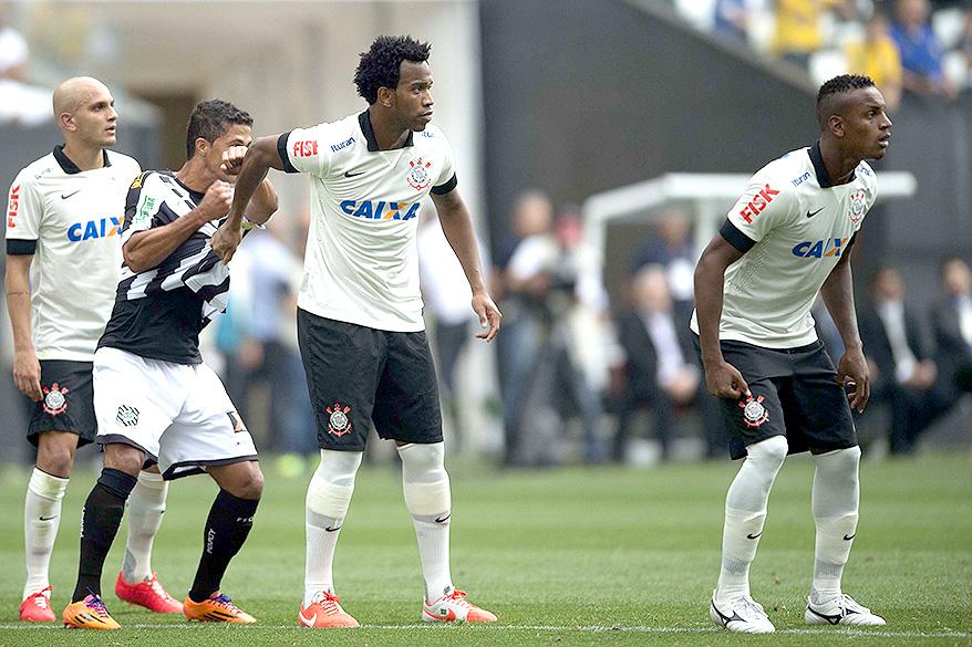 Jogadores do Corinthians esperam pela cobrança de escanteio do Figueirense, na estreia do Itaquerão pelo Campeonato Brasileiro