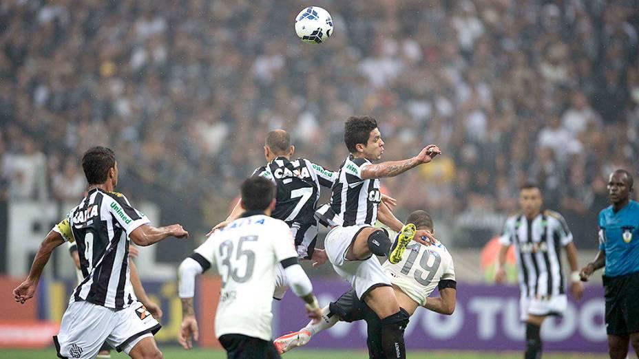 Jogadores do Corinthians e Figueirense disputam a bola, na estreia do Itaquerão pelo Campeonato Brasileiro