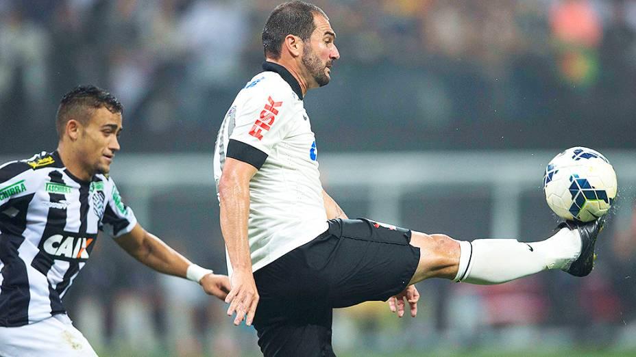 Danilo domina a bola no jogo entre Corinthians e Figueirense, na estreia do Itaquerão pelo Campeonato Brasileiro
