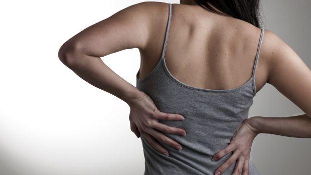 Dor nas costas: Uma rotina de caminhada pode ser eficaz em fortalecer os músculos abdominais e das costas e, assim, amenizar o problema