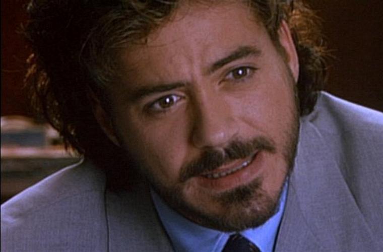 Como o repórter sensacionalista Wayne Gale, em <em>Assassinos por Natureza</em> (1994), do diretor Oliver Stone.