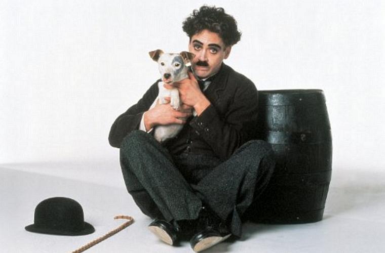 Como Charles Chaplin, no filme de 1992 que retrata a vida de um dos maiores gênios do cinema.