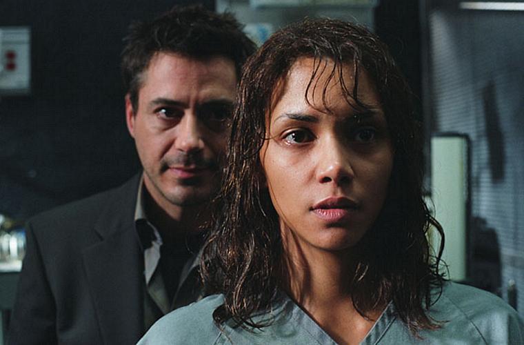 Em <em>Na Companhia do Medo</em> (2003), Robert Downey Jr. e Halle Berry estrelam um terror psicológico.
