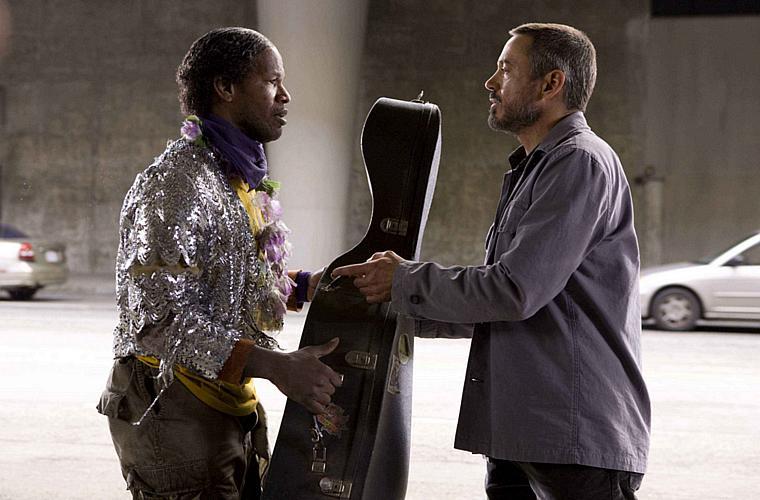 Com Jamie Foxx (à esq.), em <em>O Solista</em> (2009), história baseada na vida do músico de rua Nathaniel Ayers.