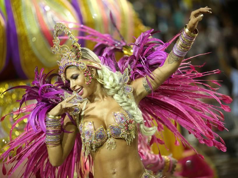 Musa da Dragões da Real, Cacau Colucci, durante o segundo dia de desfiles das escolas de samba do Grupo Especial de São Paulo, no Anhembi