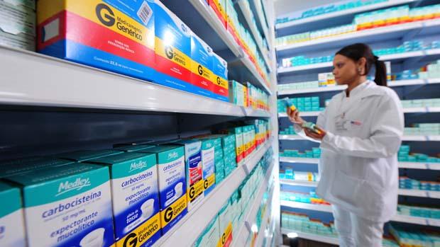 Prateleira de remédios genéricos em farmácia