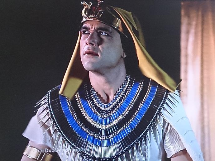 Ramsés (Sergio Marone) vê a tempestade chegar em Os Dez Mandamentos