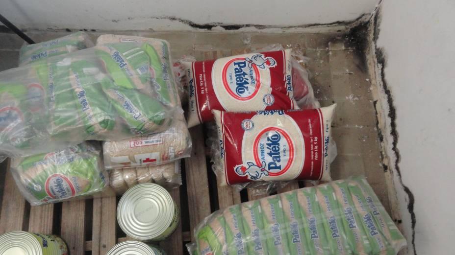 Paredes mofadas e alimentos armazenados de forma precária no refeitório do campus de Guarulhos da Unifesp. Foto tirada em junho/2012