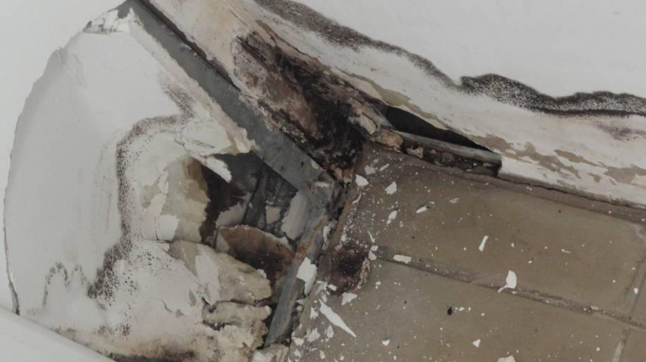 Imagem mostra dispensa do refeitório do campus de Guarulhos com buracos na parede. Foto tirada em junho/2012.