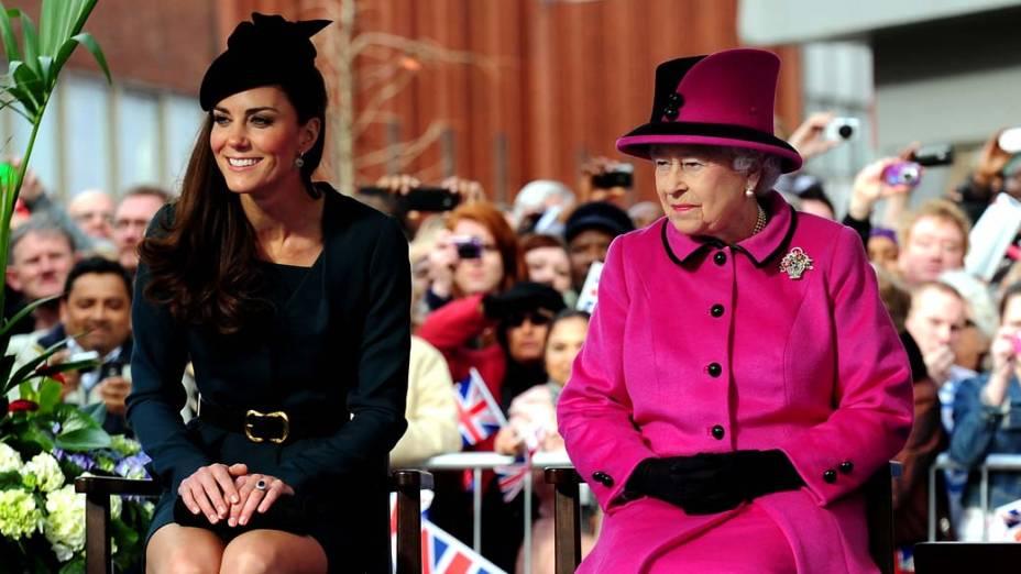 A duquesa de Cambridge, Kate Middleton, e a rainha Elizabeth II durante visita que marca o primeiro dia do jubileu de diamante em Leicester