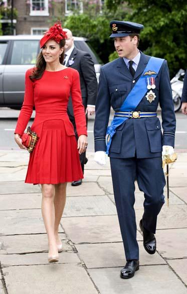 A duquesa de Cambridge, Kate Middleton, e o príncipe William antes de concurso de barcos no rio Tâmisa em comemoração ao jubileu de diamante da rainha em Londres