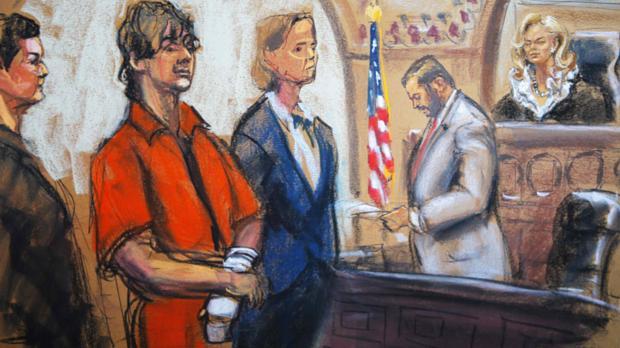 Dzhokhar Tsarnaev entre as advogadas Miriam Conrad (esq) e Judy Clarke durante audiência diante da juíza Marianne Bowler em um tribunal de Boston