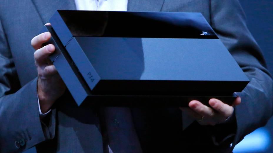 Andrew House, CEO da Sony Computer Entertainment, apresenta o novo Playstation 4, durante a E3