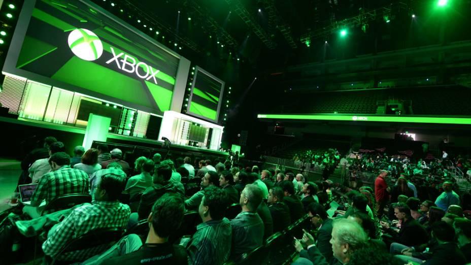 Espectadores esperam pelo início da coletiva sobre o novo Xbox 360 no E3, em Los Angeles