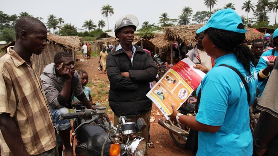 Agente de saúde da informações sobre a prevenção do vírus Ebola