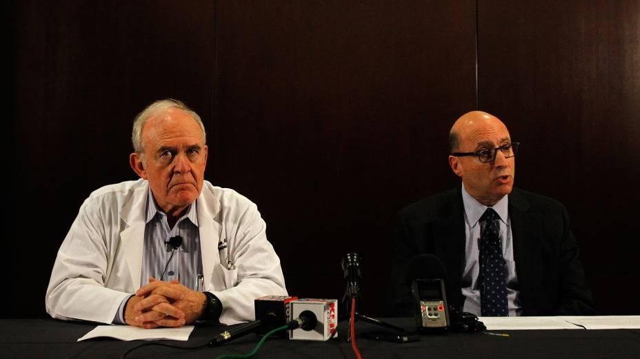 Os médicos Edward Goodman, do Hospital Presbiteriano de Dallas, e Mark Lester, chefe de pesquisas em saúde do Texas, durante coletiva de imprensa na qual anunciaram o primeiro caso de ebola diagnosticado nos Estados Unidos