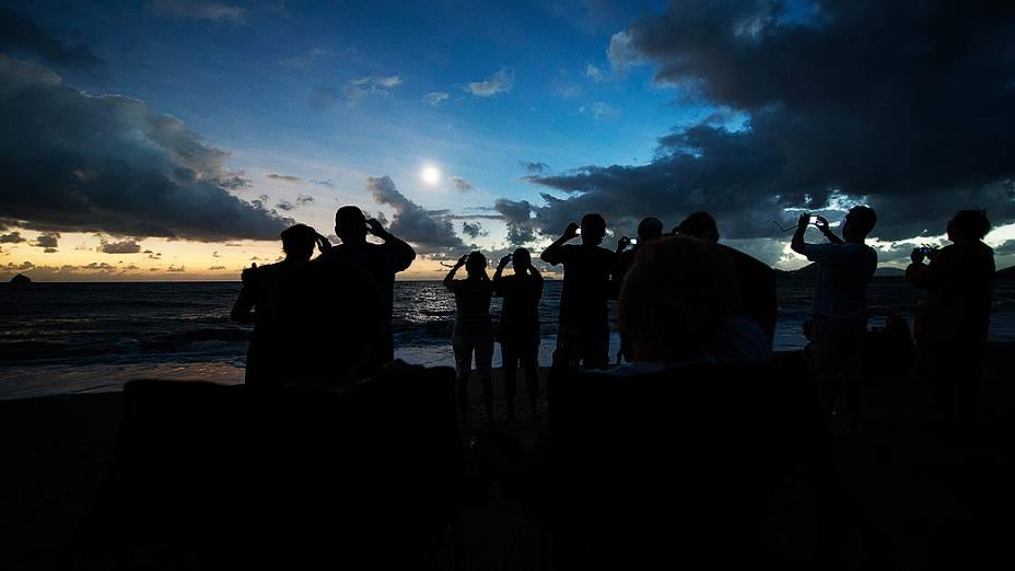 Turistas observam o eclipse total do Sol em Queensland, na Austrália, nesta quarta-feira