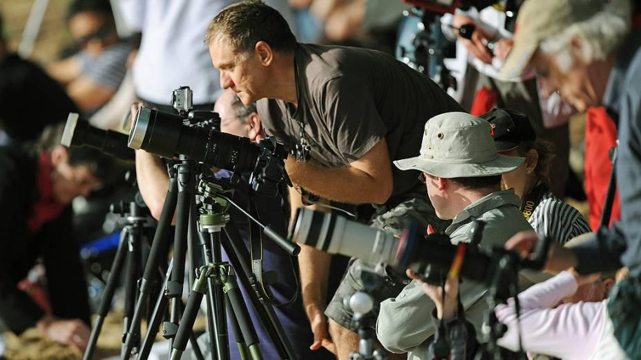 Fotógrafos posicionados na cidade de Palm Cove, na Austrália, para acompanhar o eclipse total do Sol, visível apenas no norte do país