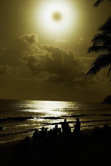 Turistas observam o eclipse total do Sol na praia de Queensland, na Austrália