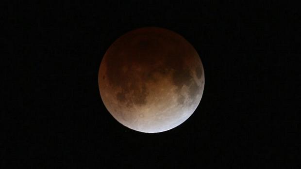 <p>Eclipse total lunar criou efeito apelidado de Lua de sangue</p>