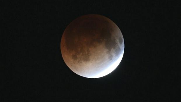 <p>Eclipse total cobre a Lua na madrugada de terça-feira</p>