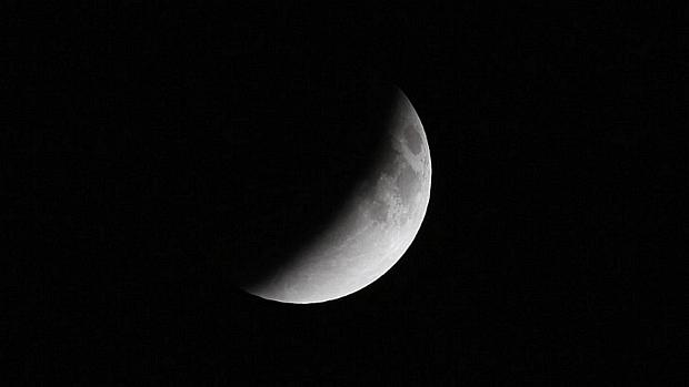 <p>Sombra da Terra encobre a lua em eclipse total na madrugada de terça-feira</p>