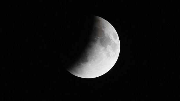 <p>Sombra da Terra começa a encobrir a Lua durante eclipse</p>