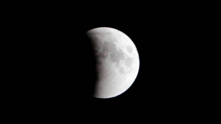 <p>Eclipse da lua visto em Srinagar, Índia</p>