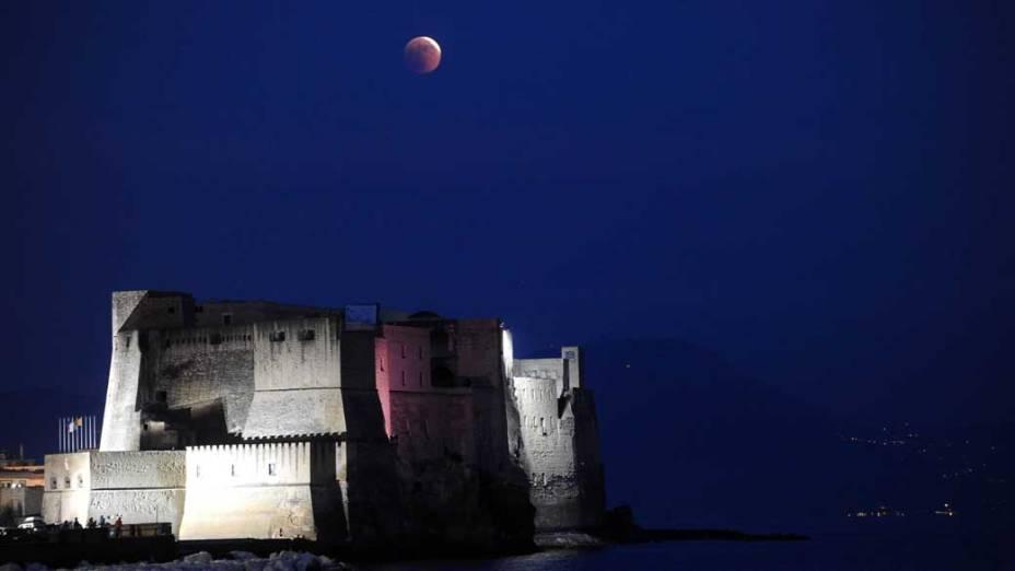 <p>Eclipse da lua visto em Nápolis, Itália</p>