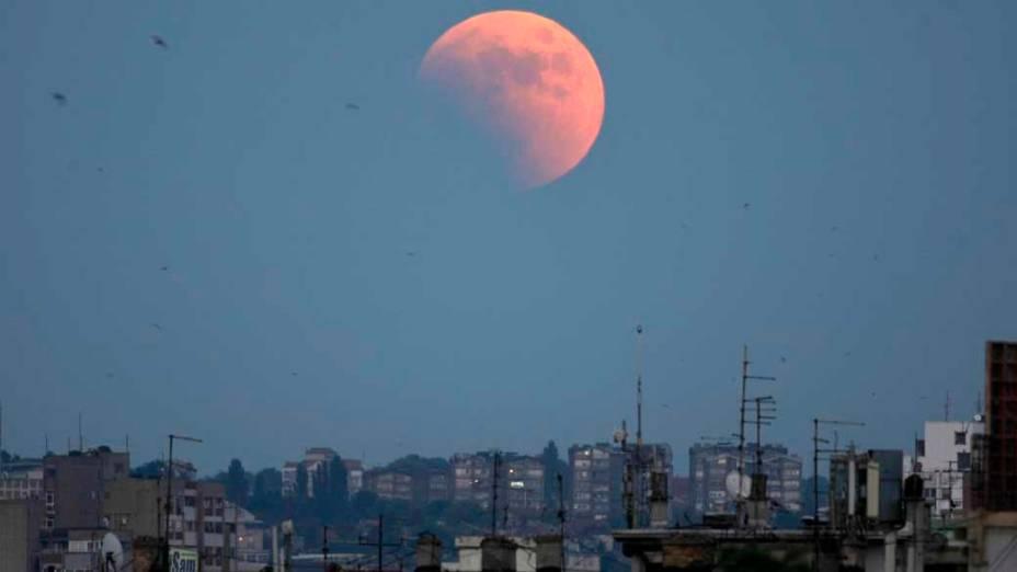 <p>Eclipse da lua visto em Belgrado, Sérvia</p>