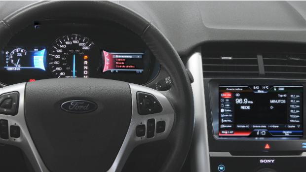 Edge: painel da versão Limited do carro traz duas telas de LCD de 4,2 polegadas