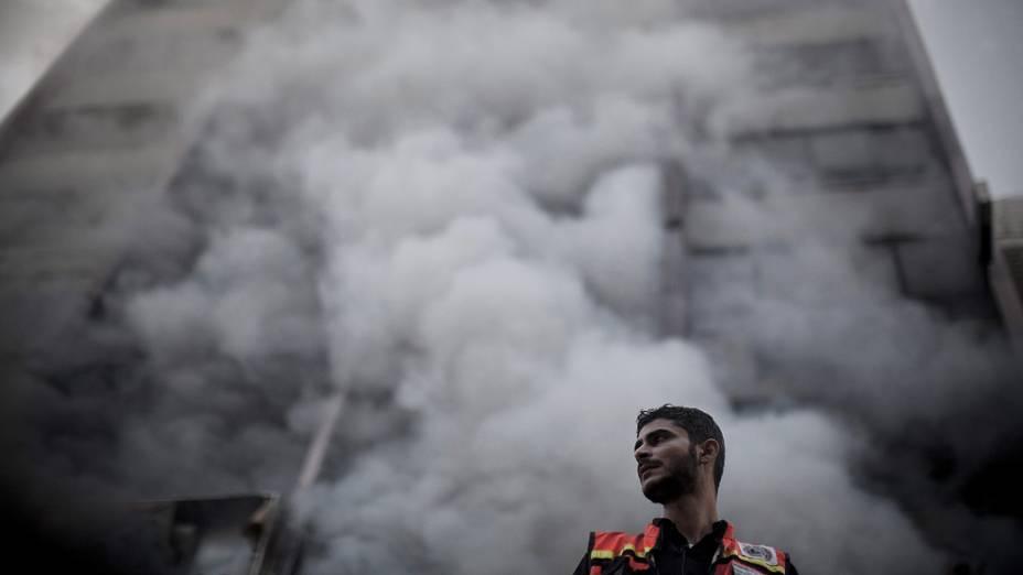 Edifício palestino na Faixa de Gaza bombardeado após ataque aéreo do exército de Israel