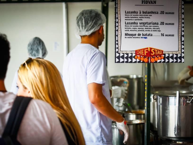 O espaço Chef Stage no Festival Lollapalooza foi reservado para barracas de comida e mesas para refeições