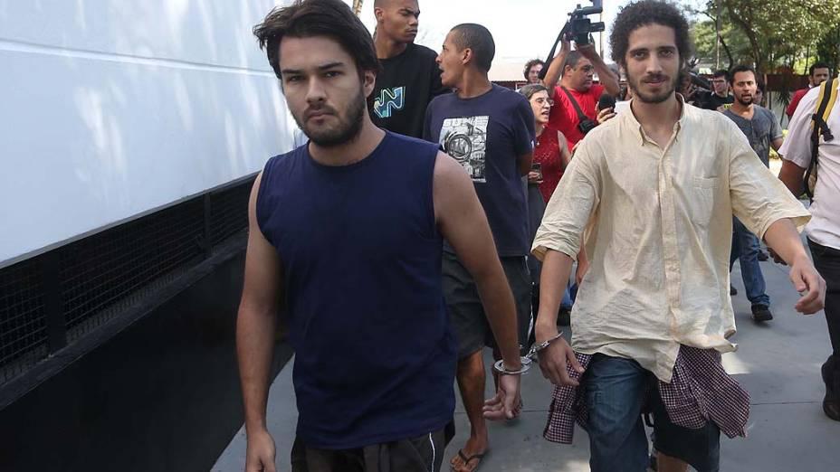 Inauê Taiguara e João Vitor Gonzaga, estudantes de filosofia da USP, são transferidos do 91º DP para o Centro de Detenção Provisória (CDP), em Osasco