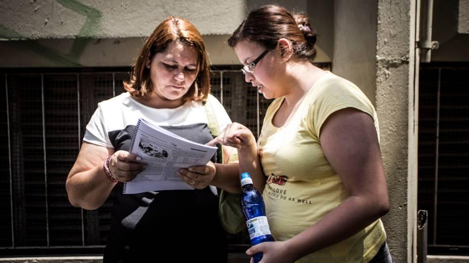 Estudantes esperam para fazer a prova do primeiro dia de Enem 2013